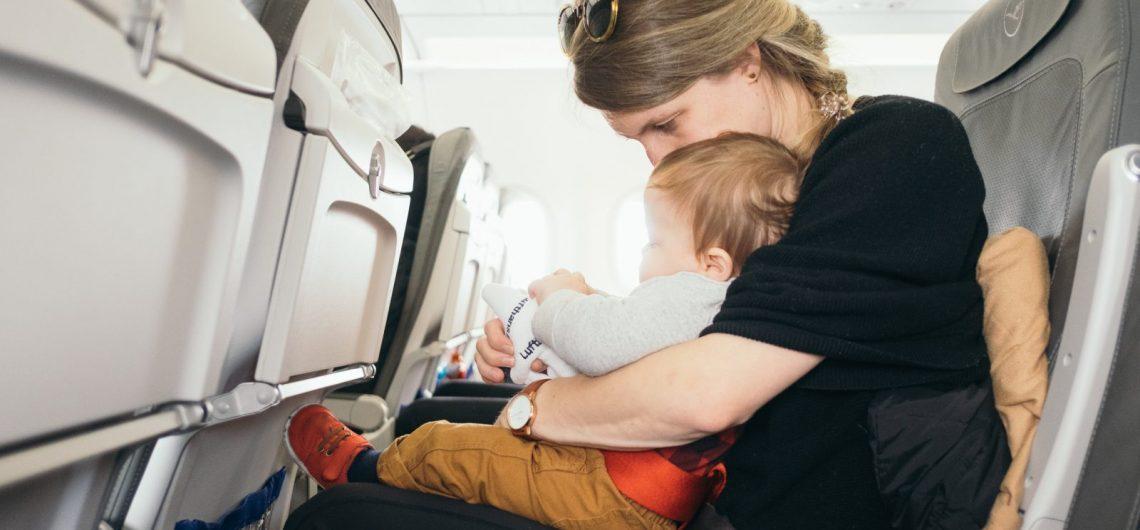 12 consejos para viajar con bebés en avión