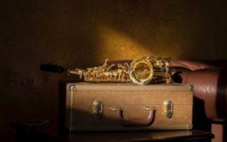 Maletín y saxofon