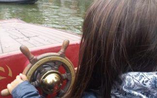 Niña conduciendo un barco en Finlandia