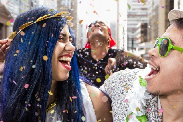 Gente celebrando el carnaval de Brasil