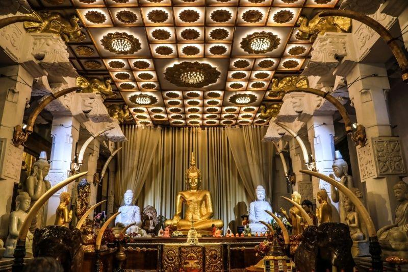 Interior del templo de diente de Buda