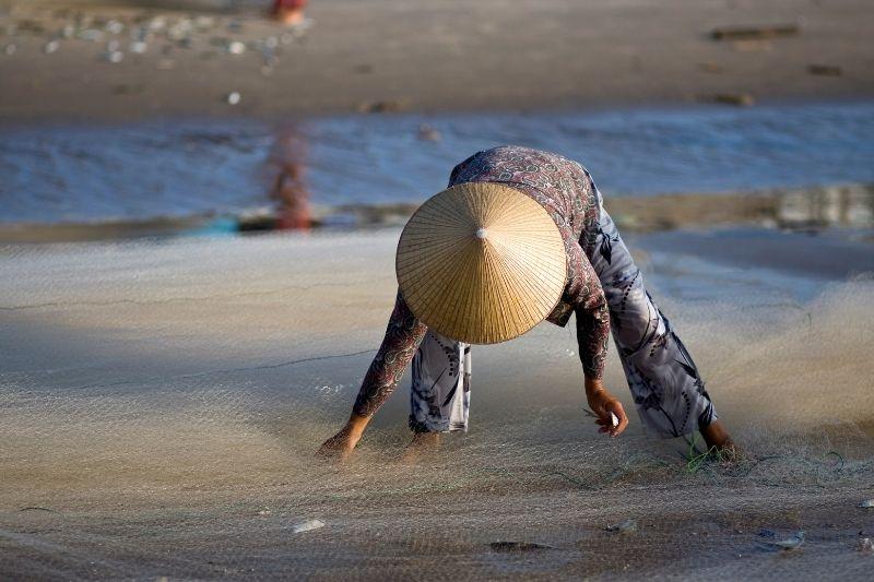 Señora en la playa de Vietnam