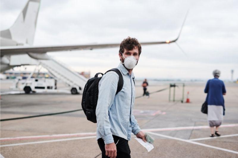Hombre con mascarilla en el aeropuerto